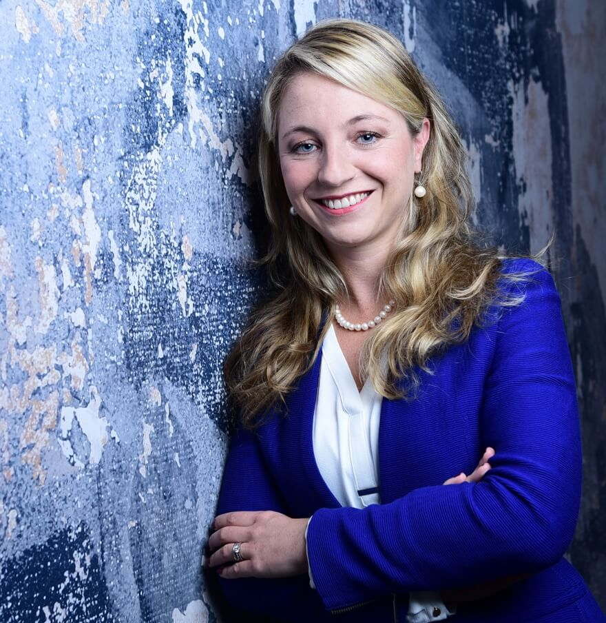 Portrait einer jungen Frau mit blonden Haaren im Businessanzug