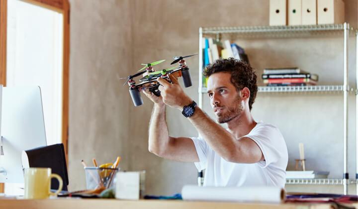 Junger Mann inspiziert eine Drohne
