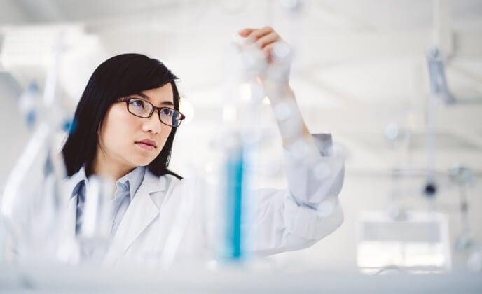 wissenschaftlerin betrachtet konzentriert eine Laborprobe