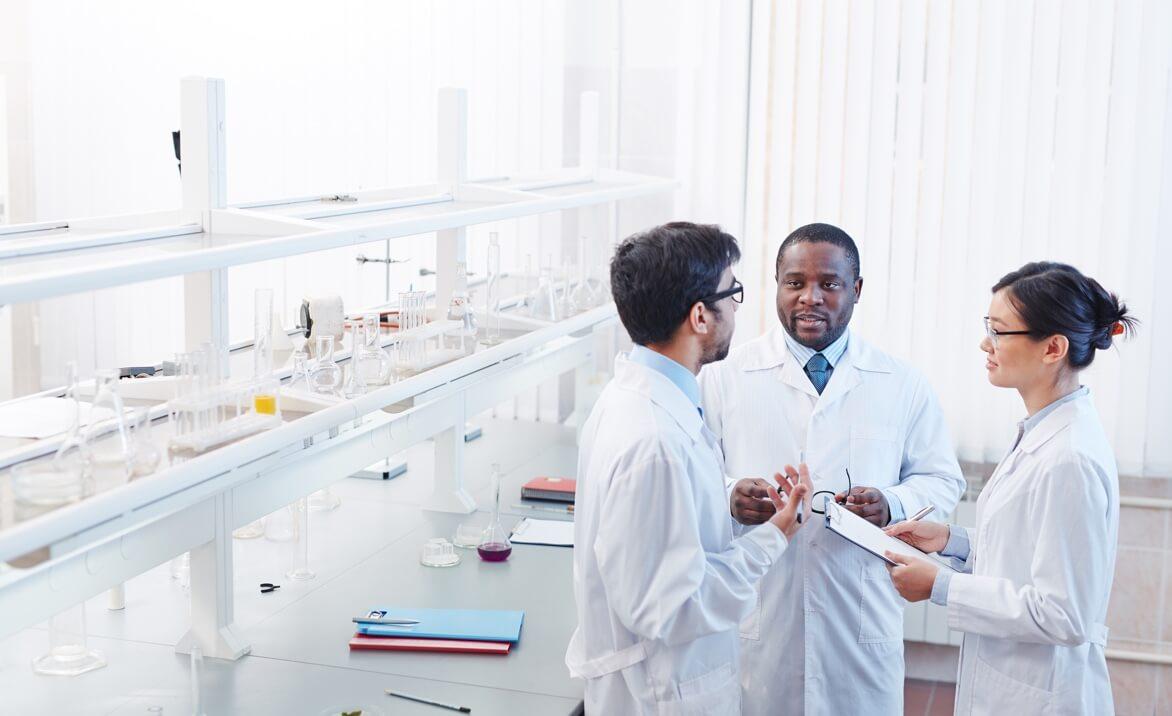 Gruppe Wissenschaftler stehen im Labor und reden miteinander