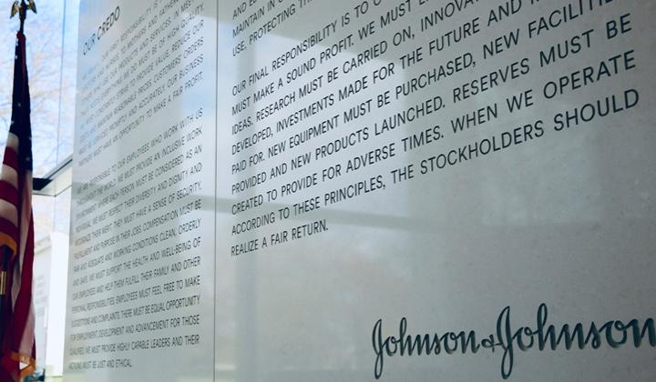 Johnson und Johnson Credo in Stein graviert