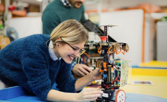 Junge Ingeneurin arbeitete an einem Roboter